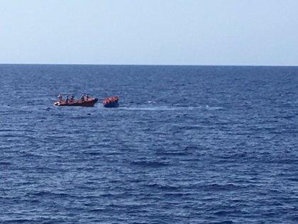 El Open Arms rescata a 55 personas de una patera que se hundía en el Mediterráneo y busca un puerto seguro