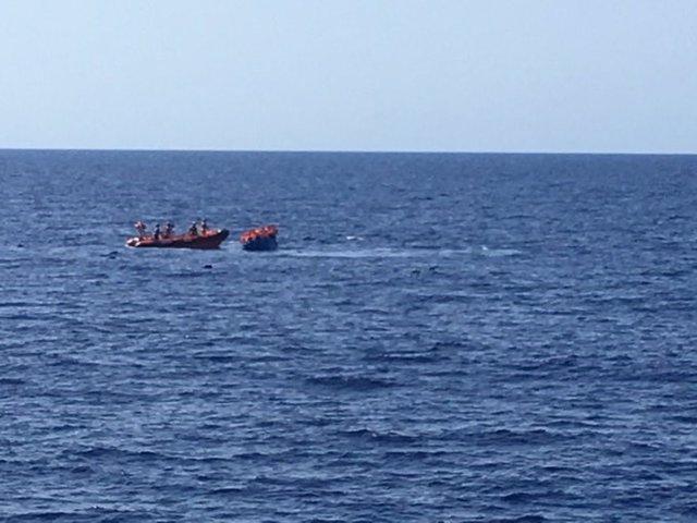 La ONG Proactiva Open Arms rescata una patera que se hundía en aguas del Mediterráneo (en la imagen)