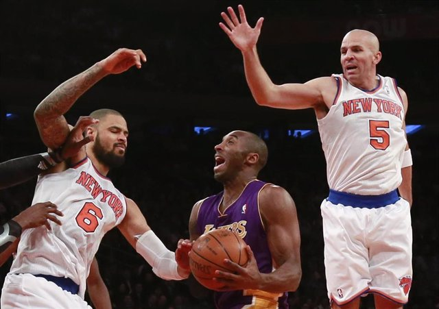 Kobe Bryant, Chandler y Jason Kidd en un partido entre Los Angeles Lakers y New York Knicks