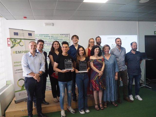 Los ganadores de la app con la consellera de Administraciones Públicas y Modernización, Isabel Castro