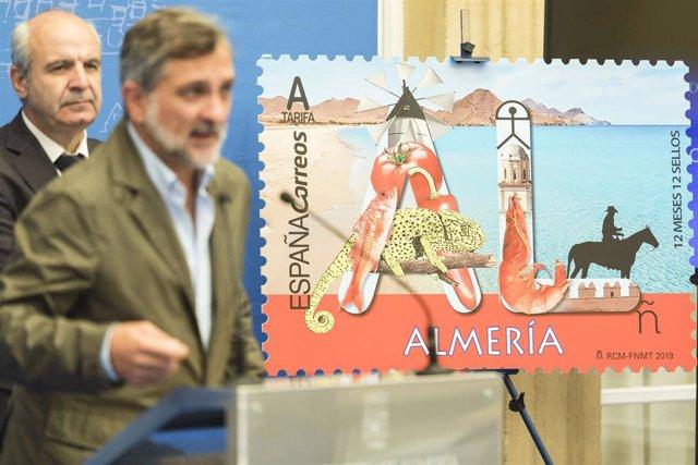 Ángel Escobar presenta el sello de Correos dedicado a Almería