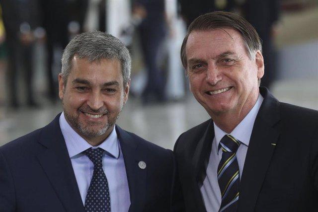 Los presidentes de Paraguay y Brasil, Mario Abdo Benítez (i) y Jair Bolsonaro (d), respectivamente