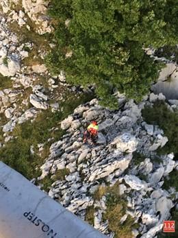 El helicóptero del Gobierno rescata a una mujer enriscada en el monte Candina, en Liendo