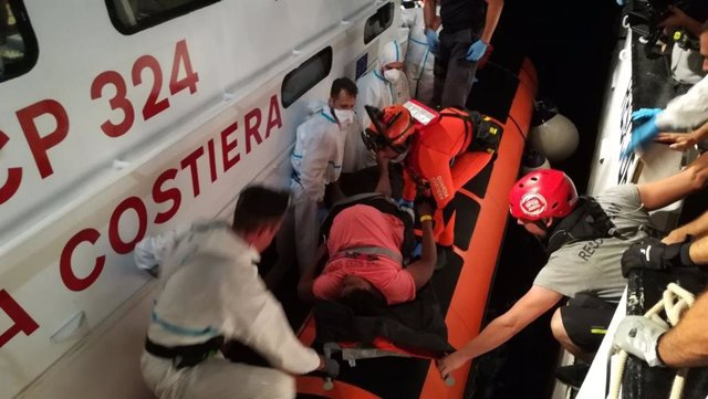 La Guardia Costiera italiana evacúa del Open Arms a dos mujeres embarazadas