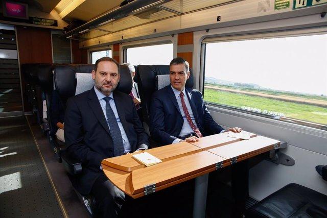Viatge inaugural de l'AVE a Granada amb el President del Govern, Pedro Sanchez (d) i el Ministre de l'Interior, José Luis Ábalos (i).