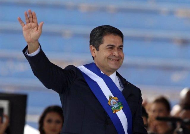 El presidente de Honduras, Juan Orlando Hernández, ha tomado posesión de su cargo renovado para un segundo mandato con un discurso en el que ha prometido diálogo y conciliación. Sin embargo, la oposición se ha movilizado para denunciar lo que consideran f
