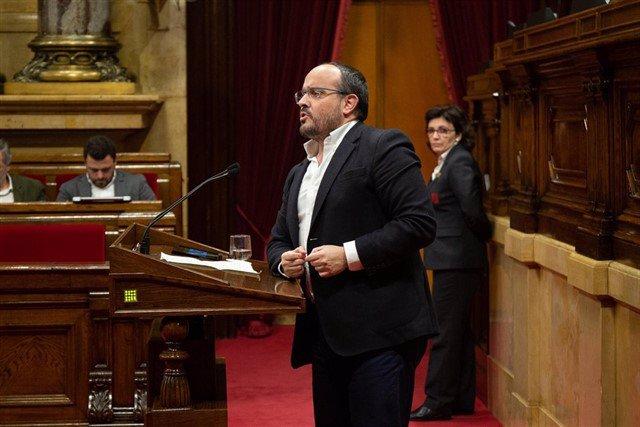 El presidente del PP catalán, Alejandro Fernández, interviene en el Pleno del Parlament