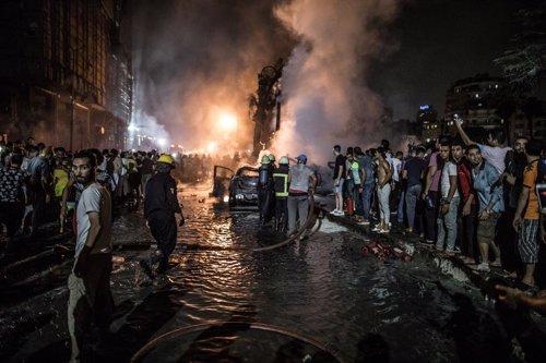 05 agosto 2019, El Cairo. Fuego extinguido tras la explosión de un coche frente al Instituto Nacional del Cáncer de Egipto. Foto: Oliver Weiken/dpa