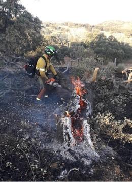 Bombero actúa en el encendio de Villanueva del Rey