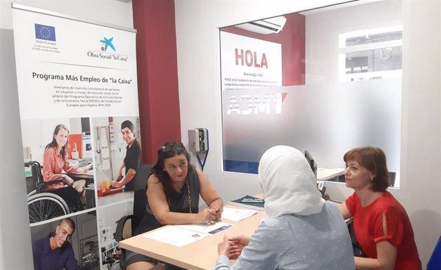 Un momento de una entrevista en la asociación YMCA, en el marco del programa Más Empleo.