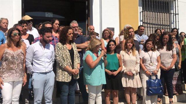 Concentración en el Ayuntamiento de Gelves (Sevilla) en apoyo a la última víctima de la violencia de género