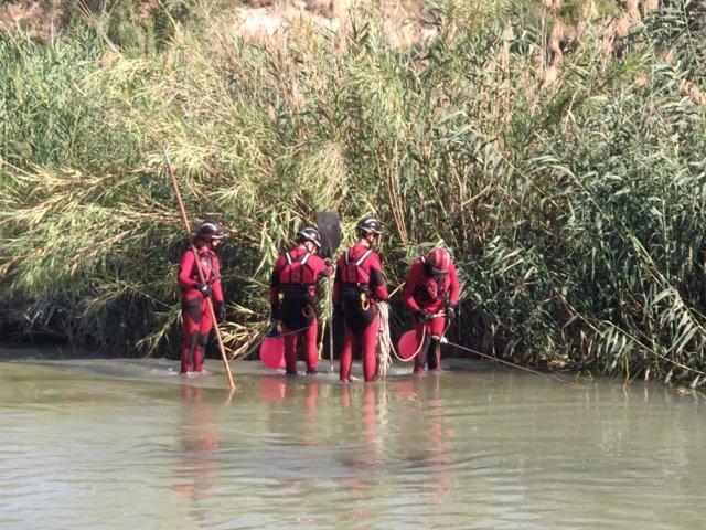 Un momento de la búsqueda del hombre, que ha aparecido sin vida, en el río Segura