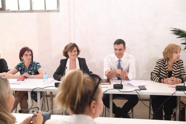 La vicepresidenta del Govern en funcions, Carmen Calvo (2i) i el president del Govern en funcions, Pedro Sánchez (3i), durant la reunió amb associacions d'Igualtat a Madrid.