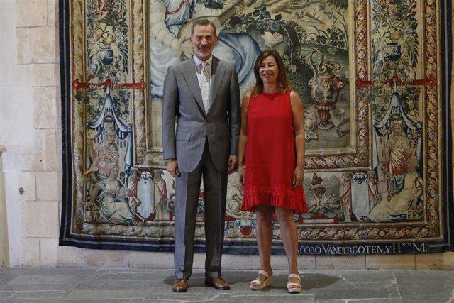 El Rey Felipe VI y la presidenta del Govern, Francina Armengol.