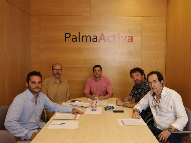 El regidor de Promoción Económica y Ocupación del Ayuntamiento de Palma, Rodrigo Romero (centro) en una reunión con Afedeco