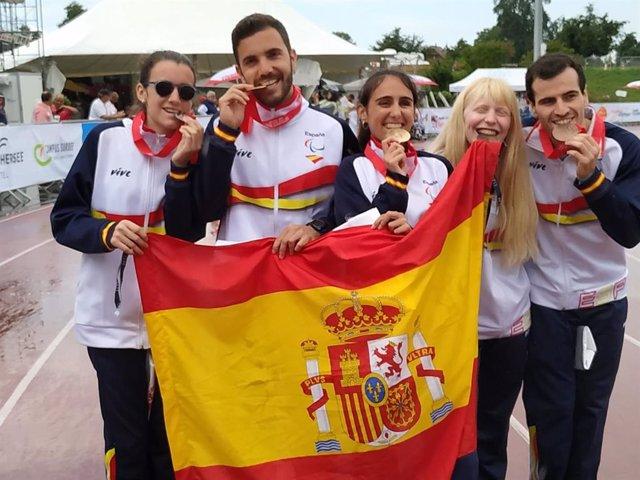 Atletas españoles celebran sus medallas en los Mundiales Júnior de Atletismo para Discapacitados