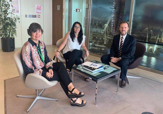 De izquierda a derecha, Sarah-Jane Morris, cónsul británica junto a Lucía Palomo y David Medina (ASPE)