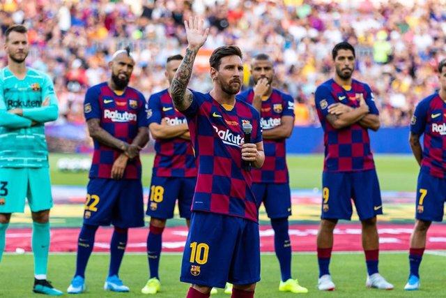 Lionel Messi se dirige a los aficionados durante la presentación del FC Barcelona en el Joan Gamper