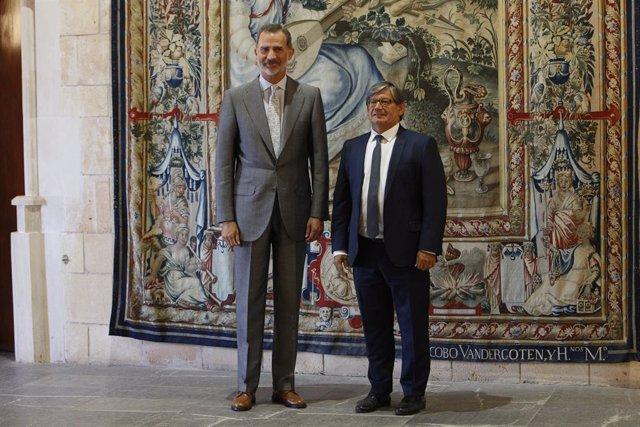 (I-D) El Rei Felipe VI i el president del Parlament de les Illes Balears, Vicenç Thomàs.