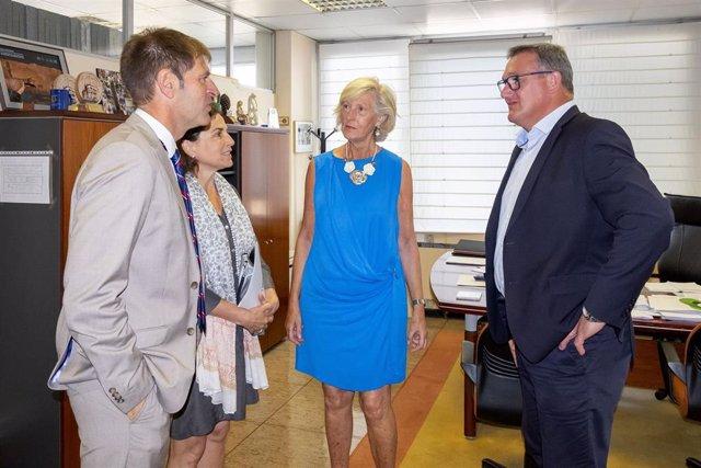 La consejera de Educación, Marina Lombó, con el presidente de CEOE, Enrique Conde