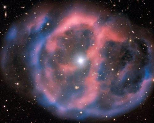 La nebulosa contiene restos de una gigante roja alrededor de la estrella subenana O