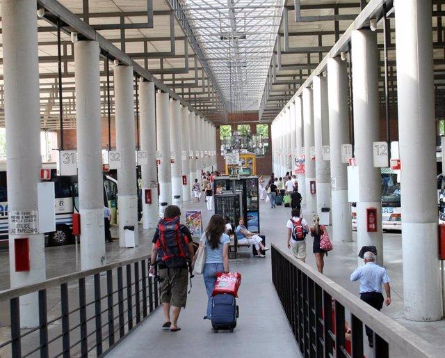 Pasajeros en la estación de autobuses de Plaza de Armas en Sevilla