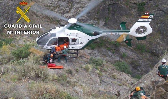 Momento del rescate del senderista acidentado en Jerte (Cáceres)