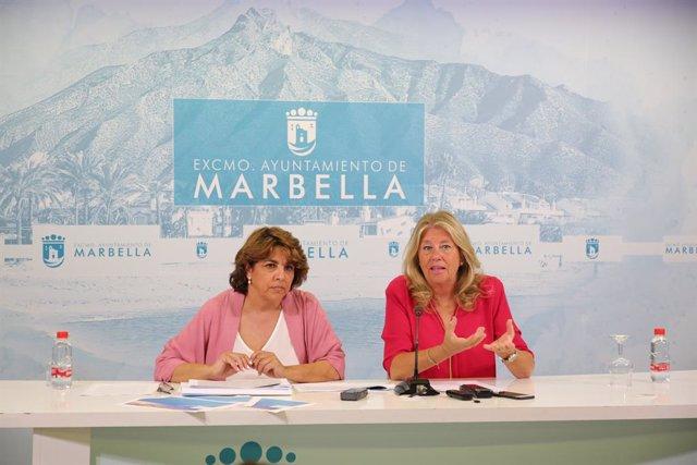 La directora general de Turismo de Marbella, Laura de Arce (i) y la alcaldesa, Ángeles Muñoz (d).