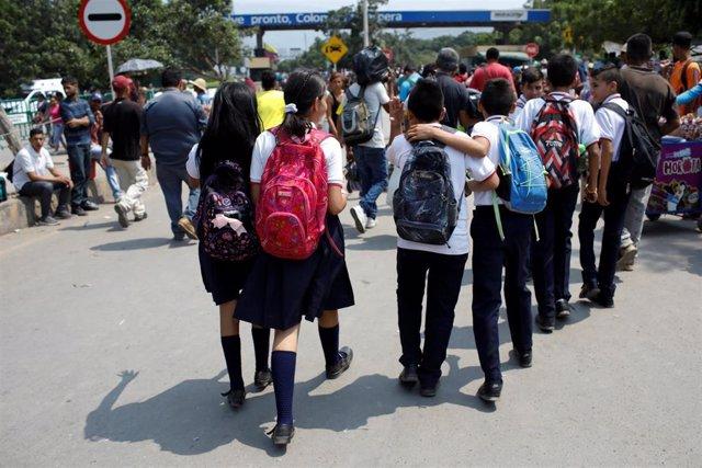 Niños venezolanos cruzan la frontera hacia Colombia para ir al colegio