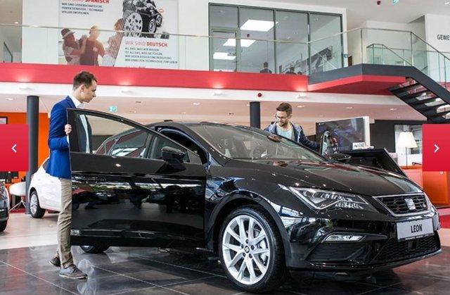Una persona visita un concesionario de Seat para adquirir un coche