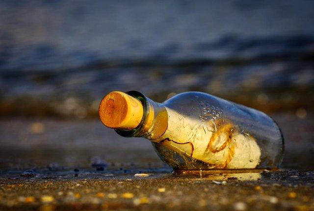 Un profesor de Nueva York consigue recuperar una botella que lanzó al mar hace 4