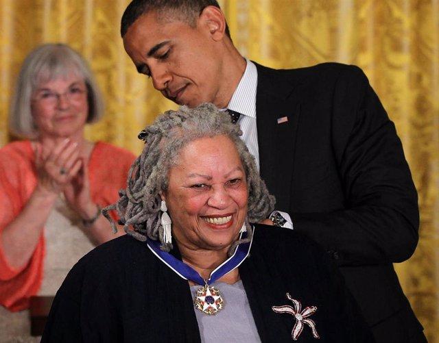 Obama condecora a la escritora Toni Morrison