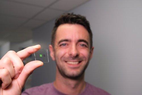 Alasdair Clark con el dispositivo de lengua artificial