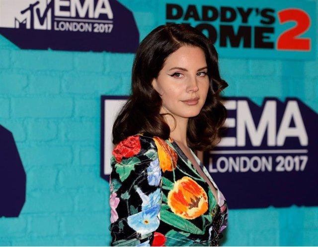 Lana del Rey en el photocall en el MTV EMAs 2017