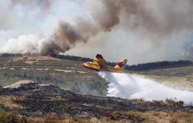 Un hidroavión arroja agua en la zona afectada por los incendios de Miraflores y La Granja.