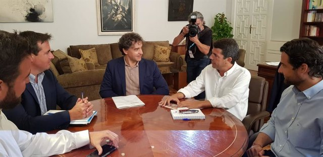 Francesc Colomer y Carlos Mazón, en el centro de la mesa.