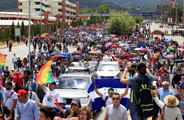 Miles de personas se manifiestan contra el presidente hondureño, Juan Orlando Hernández, en Tegucigalpa