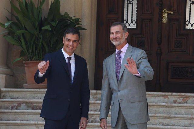 (I-D)  El presidente del Gobierno en funciones, Pedro Sánchez y el Rey Felipe VI, durante una recepción en el Palacio de Marivent, Palma de Mallorca en 2018.