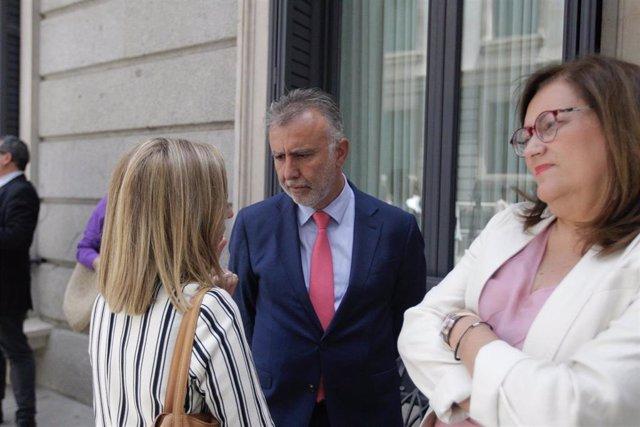 El presidente de Canarias, Ángel Víctor Torres, hablando con las diputas de CC, Ana Oramas y Guadalupe González Taño