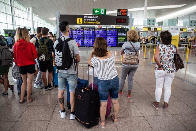 Retrasos generalizados y 26 vuelos cancelados en el Aeropuerto de Barcelona por la lluvia
