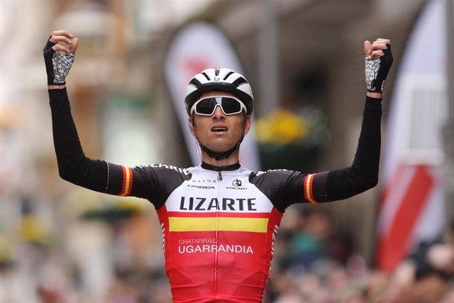 El ciclista español Íñigo Elosegui celebra un triunfo
