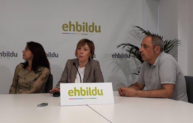 La candidata a la Alcaldía de Vitoria por EH Bildu, Miren Larrion, --en el centro-- en un acto electoral en Vitoria