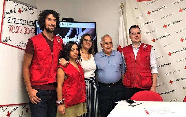 El presidente de Cruz Roja en La Rioja, Fernando Reinares; la Directora Autonómica de Cruz Roja Juventud, Florencia Rodríguez ; el Coordinador de Cruz Roja Juventud, Gabriel Alcañiz, y voluntarios de Cruz Roja en La Rioja.
