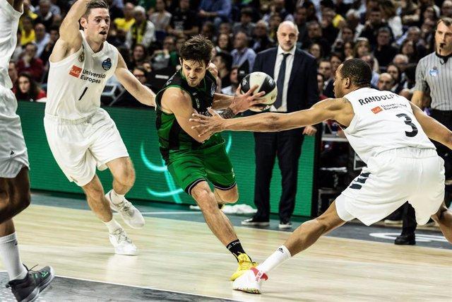 Nico Laprovittola intenta penetrar entre Causeur y Randolph en la  Copa del Rey
