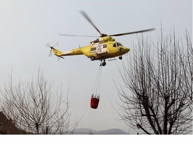 Un helicóptero actúa en un incendio