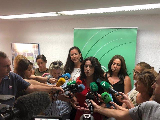 Rocío Ruiz, ante los medios en Huelva.
