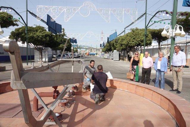 La edil de Servicios Operativos y Fiestas, Teresa Porras, observa a operarios trabajando en el Real de Cortijo de Torres
