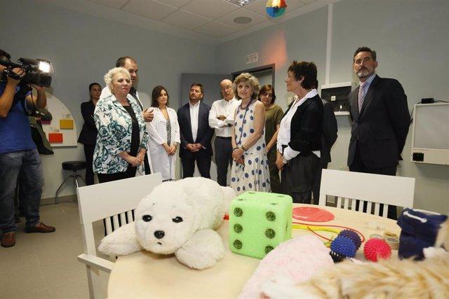 La ministra de Sanidad, Consumo y Bienestar en funciones, María Luisa Carcedo (c), durante su visita a las instalaciones del Centro de Referencia Estatal de Atención a Personas con enfermedad de Alzheimer y otras demencias en Salamanca.