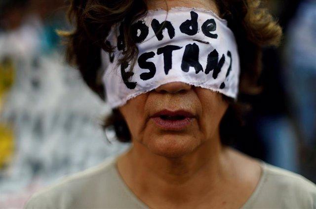 Mujer protesta contra las desapariciones