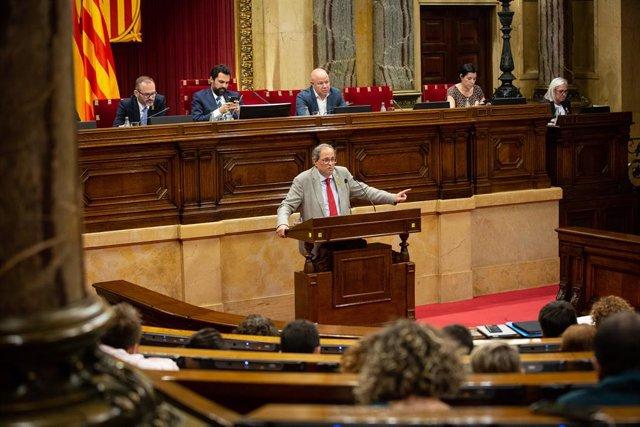 El presidente de la Generalitat de Cataluña, Quim Torra, interviene desde la tribuna en una sesión en el parlamento catalán.